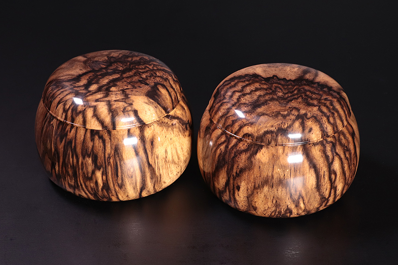 "Kurokaki Go Bowls For -41 stones ""Kujaku-moku (peacock wing-shaped knot)"""
